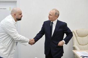 Del pozitiv me koronavirus mjeku që shtrëngoi dorën me Putinin,