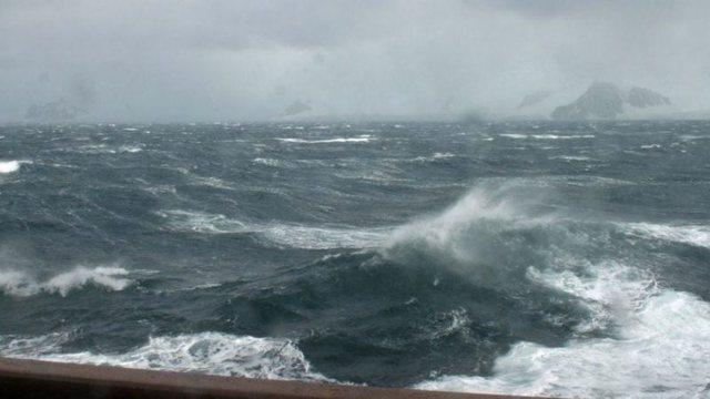 Dallgë dhe erë e fuqishme/ Panik në mes të detit, Policia