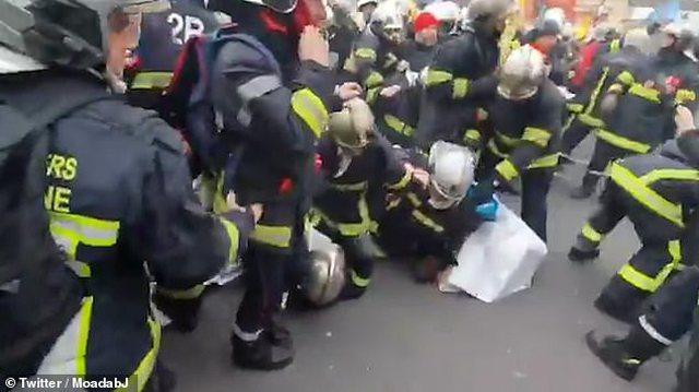 Skena kaosi në Paris teksa zjarrrfikësit e policia luftojnë me