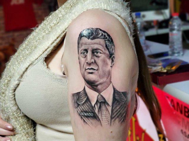 Surprizon modelja e njohur, bën tatuazh në trup fytyrën e