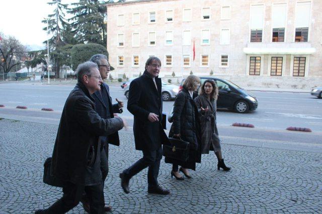 Komisioni i Venecias takon opozitën jashtëparlamentare për