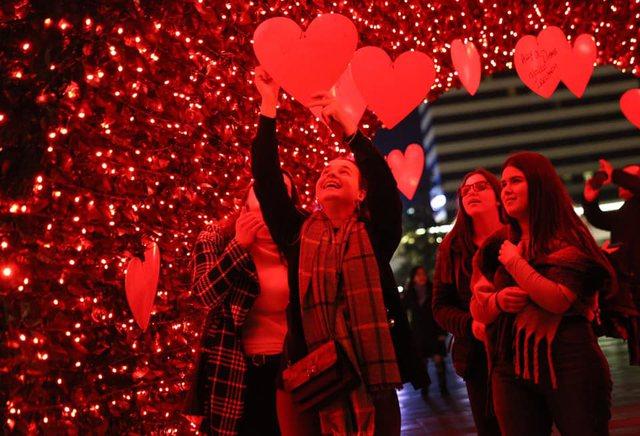 Foto/ Tirana vishet me ngjyrat e dashurisë, Bashkia mbush sheshin