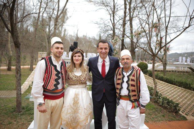 Tirana vishet me ngjyrat e dashurisë/ Të hipur mbi pajton dhe të