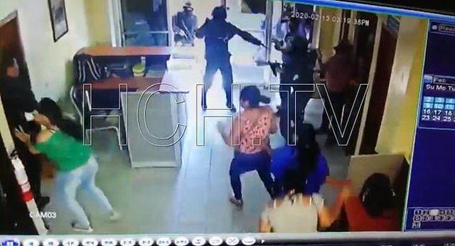 Vriten policët / Persona të armatosur rëndë dhe të