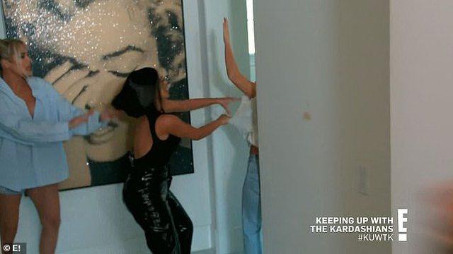 Karantina tërbon motrat Kardashian, plas keq grushti , shpulla, shkelma e