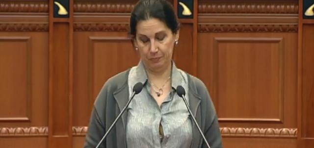 Vihet në siklet ish-ministrja socialiste, i zbërthehet këmisha