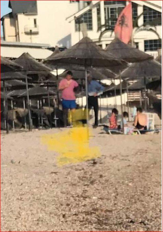 Foto/ Kryebashkiaku thyen rregullat, shkon në plazh me familjen