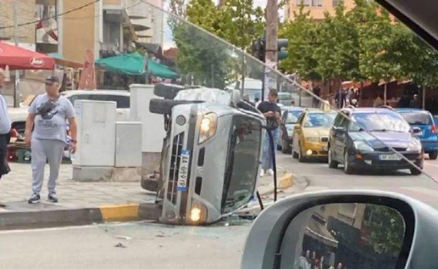 Përplasen makinat në Tiranë, njëra prej tyre kthehet
