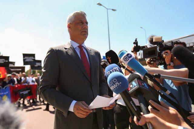 U mor 6 orë në pyetje në Hagë, Hashim Thaçi del nga