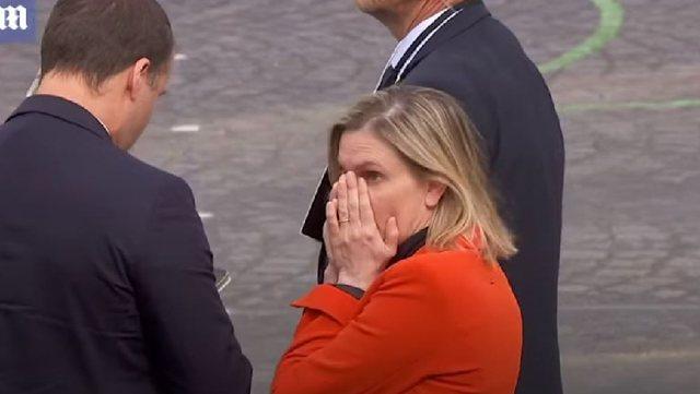 Harroi maskën në makinë, ministren franceze e zë paniku,