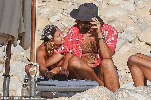 Pushime me të dashurin e ri, Rita Ora pa reçipeta, shfaqet