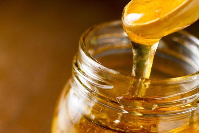 Arsyet pse duhet konsumuar një lugë mjaltë para gjumit