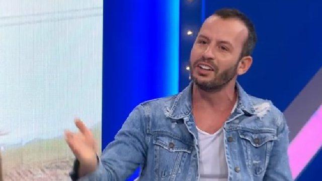 Gazetari habit moderatoren e Top Channel, nxjerr hudhër nga xhepi dhe i jep