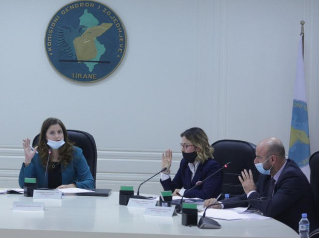 FOTO/ Mbledhja e parë nis me incident, anëtarit të Komisionit