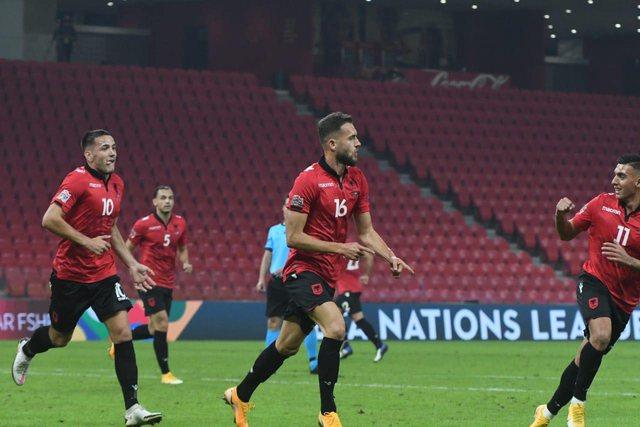 Shqipëria e papërmbajtshme, Manaj shënon golin  e tretë