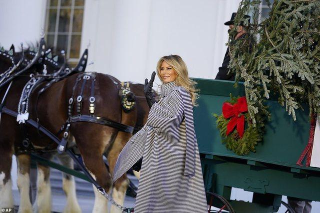 Elegante dhe e buzëqeshur, Melania Trump merr vëmendjen e të
