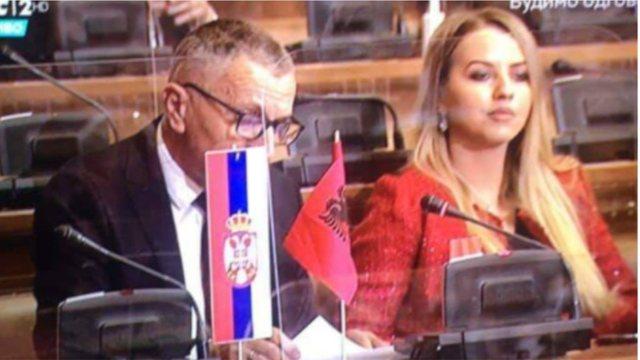 Deputeti shqiptar vendosi flamurin shqiptar në Kuvendin e Serbisë,