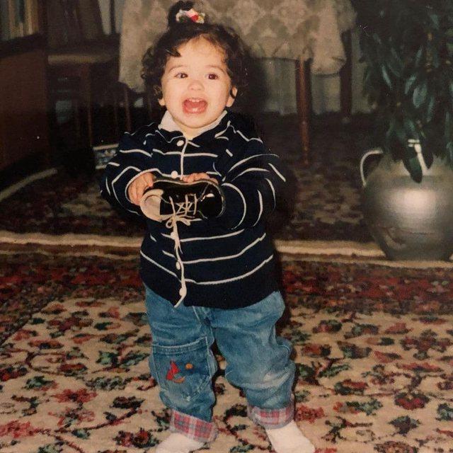 E gjeni dot kush është kjo vogëlushe në këtë foto?