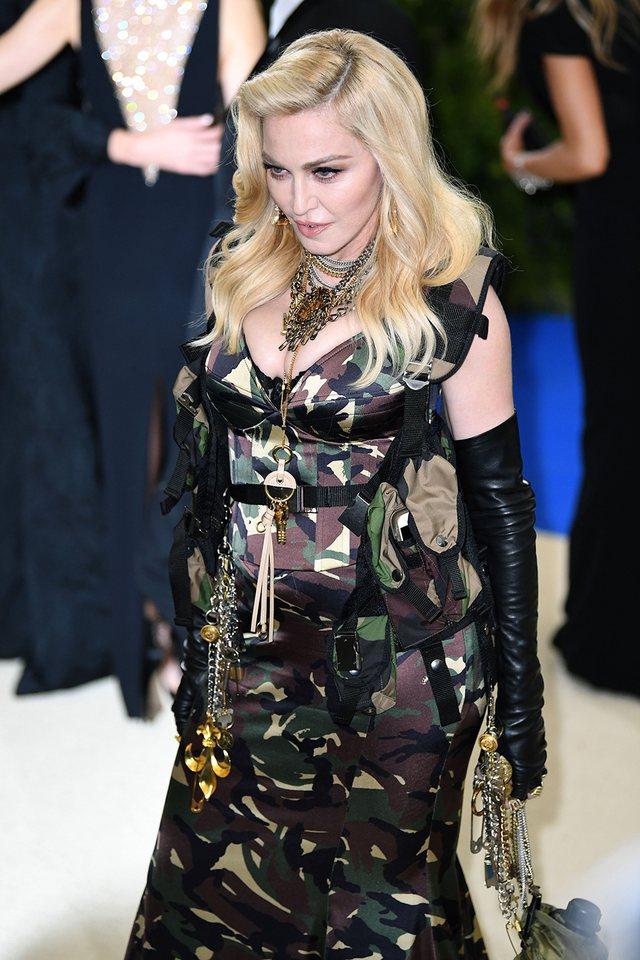 E ulur në prehrin e një mashkulli 26-vjeçar, Madonna nuk njeh