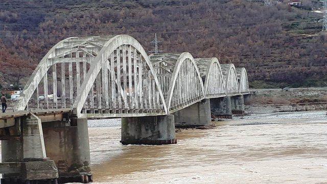 Dëmtimi i Urës së Zogut, Forumi: Pritej, MK e zënë me
