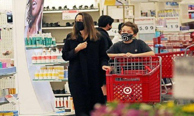 Angelina Jolie tërheq vëmendjen e të gjithëve supermarket me