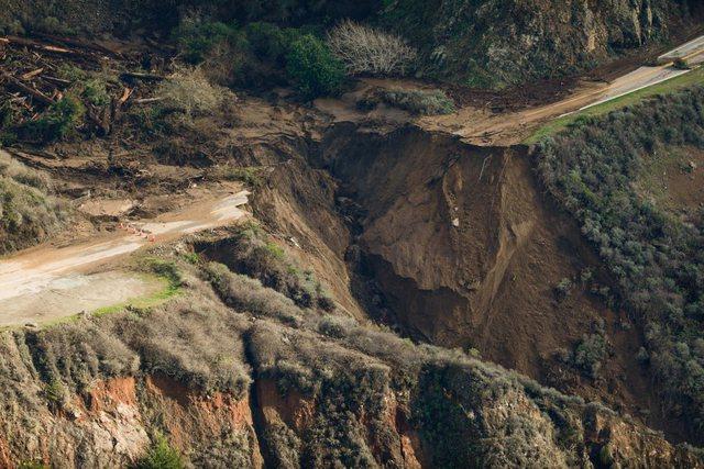 Nga stuhia e fuqishme, gropa gjigante ndan në mes rrugën (FOTO)