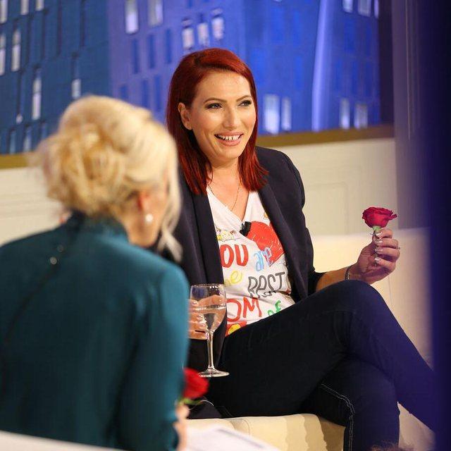 Iu prekte gjoksin të ftuarave në emisionin e saj, moderatorja e njohur