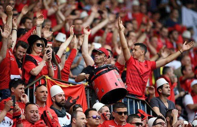 Ndeshja Shqipëri-Angli, tifozët kuq e zi kanë një