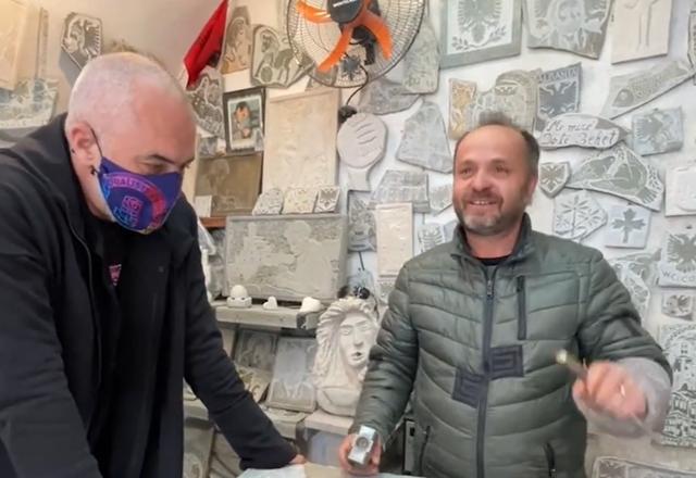 Gurgdhendësi në Gjirokastër i bën dhuratën e