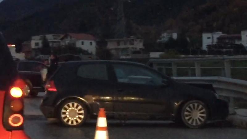 Aksident në aksin Tiranë- Elbasan, përplasen 3 makina