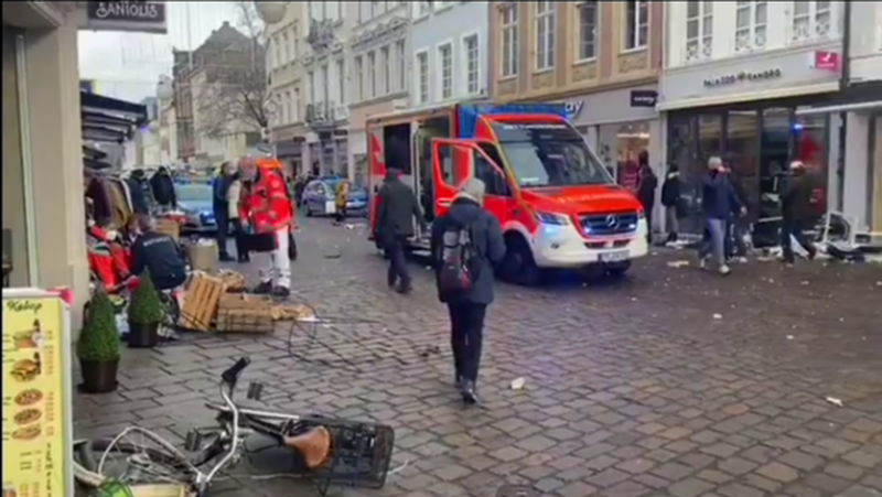 The car crashes into pedestrians in the German city, there are some victims,