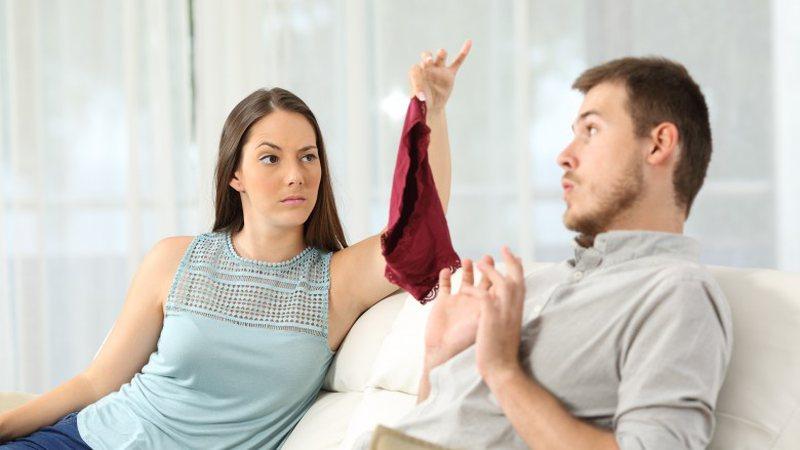 10 shenja psikologjike që tregojnë se partneri juaj po ju tradhton