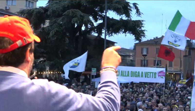 Si reagoi Salvini kur i valëvitën flamurin kuq e zi në miting?