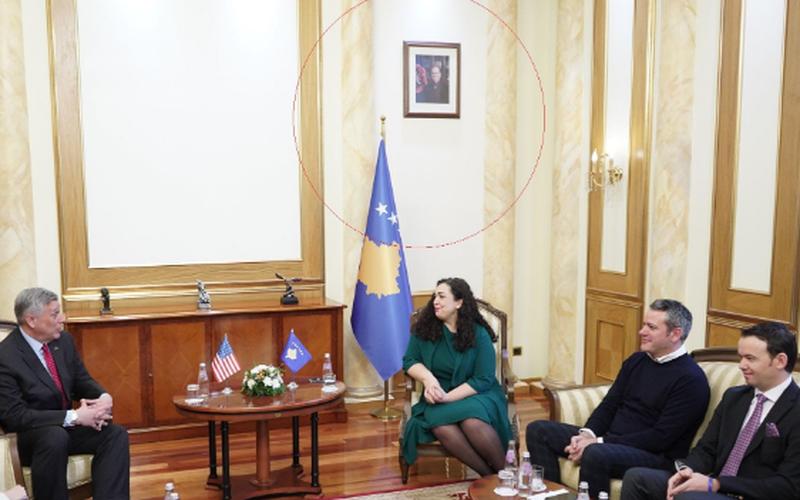 Zhvendosi foton e Thaçit nga zyra pasi mori postin e kryeparlamentares,