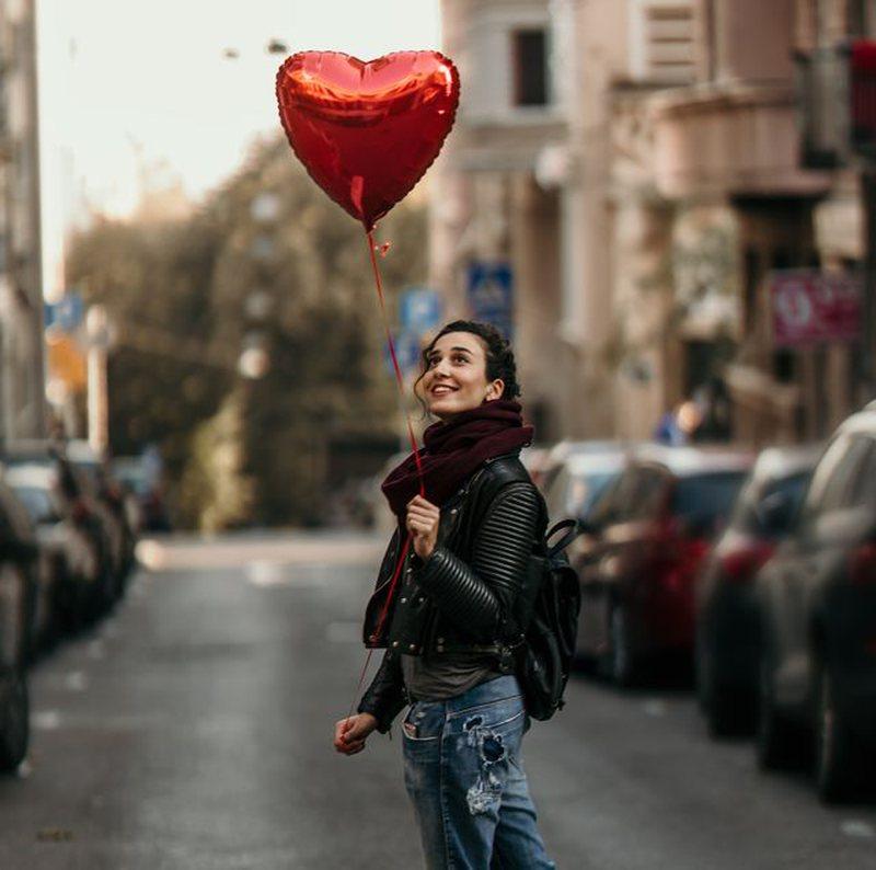 Si e kalojnë beqarët Shën Valentinin? Mësojeni se