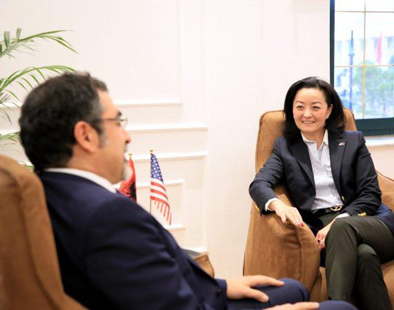 Yuri Kim takohet me ministrin Çuçi, ambasada e SHBA del me njoftim