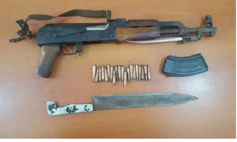 Armë gjahu dhe dy shpata me vete, arrestohet në flagrancë