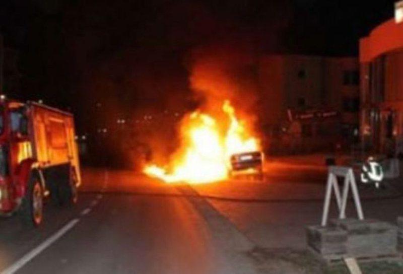 Makina shpërthen në flakë në mes të qytetit