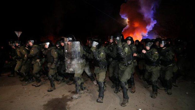 Frika nga koronavirusi, shtetasit ukrainas godasin me gurë e molotovë
