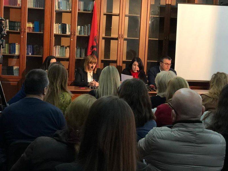 Studiuesit: Gjuha shqipe objekt i ndotjes së fjalëve të huaja,