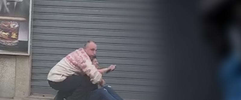 Gruaja tentoi të dilte nga dyqani, burri e ndaloi tek dera dhe goditi me