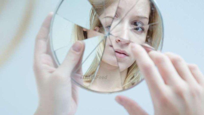 Përse të thyhesh një pasqyrë ndjell ters? Legjenda i ka