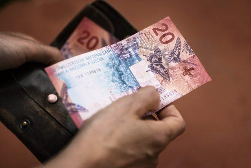 Çfarë po ndodh me euron, dollarin dhe frangun zvicerian?