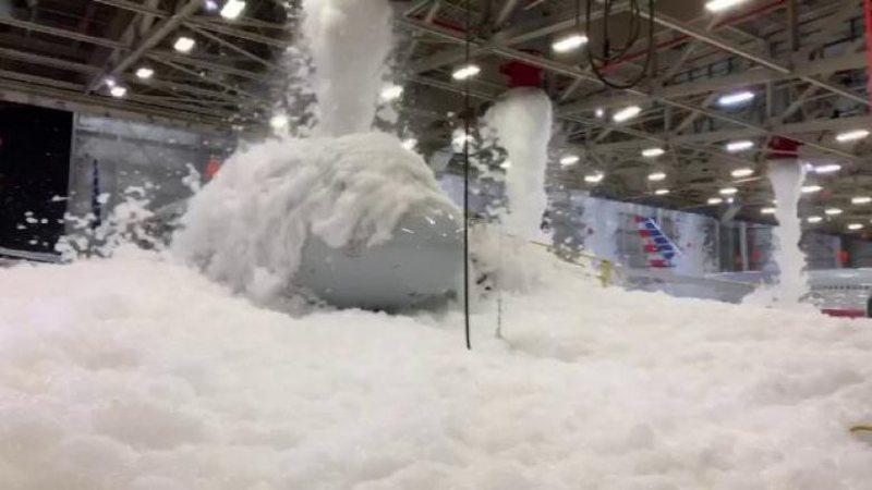 Frikë e panik, incidenti i bardhë mbushi në shkumë hangarin