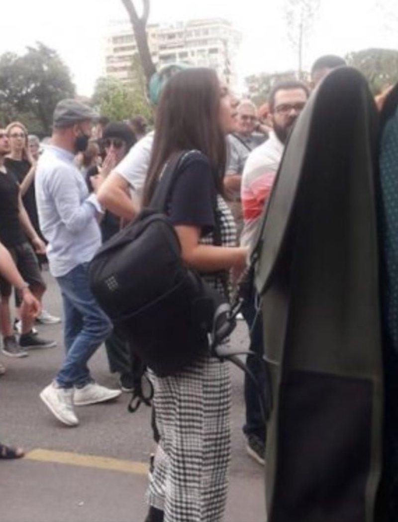 Mori pjesë në protestën për Teatrin, vajza e zv.ministrit