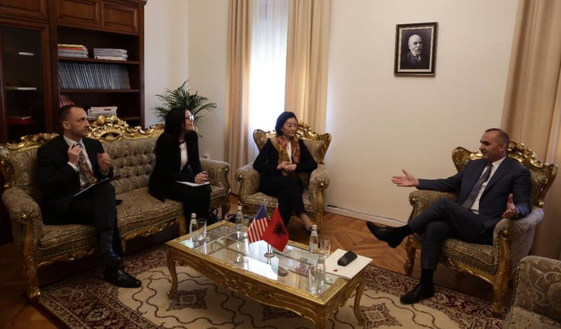 Ambasadorja Yuri Kim takohet me Manjën, mësohet çështja e