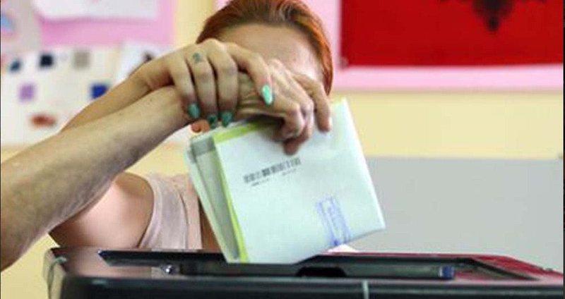 Administratë që i jep vota partisë, apo administratë që