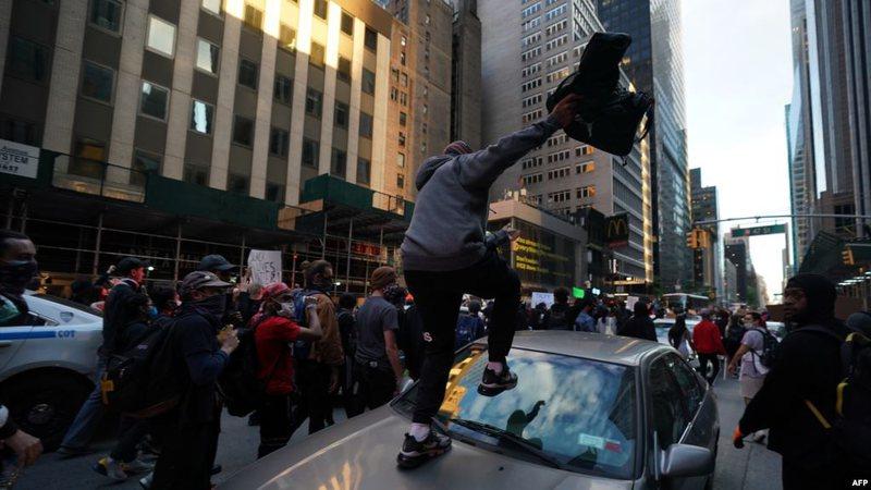 Protestat e nxitura nga ekstremistët, ngrihen dyshime mbi përfshirjen