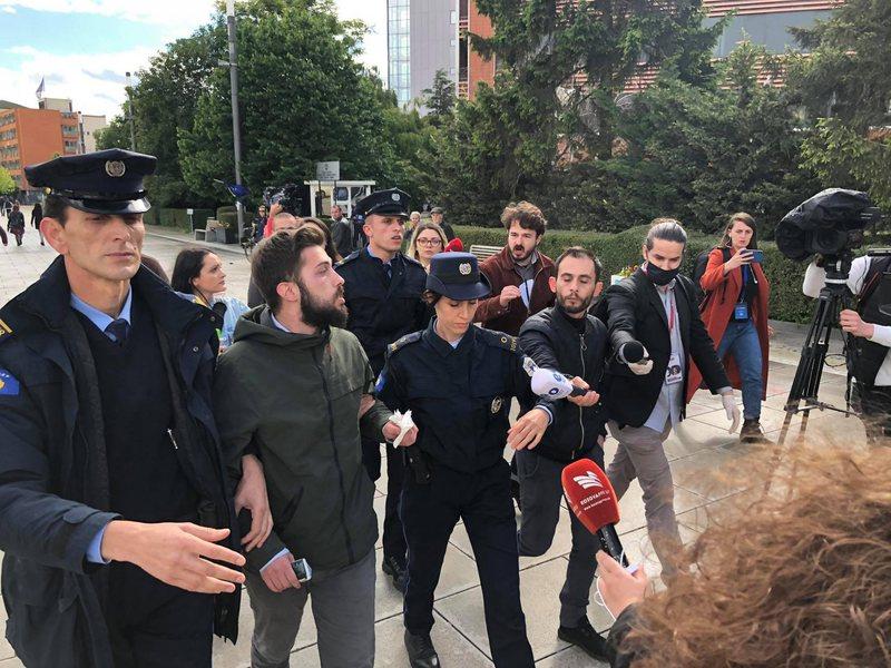 Incidenti gjatë konferencës së presidentit Thaçi, policia