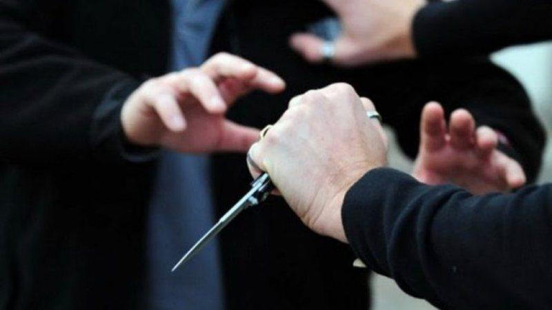 Plas keq sherri me thika mes dy familjeve, plagosen 5 persona
